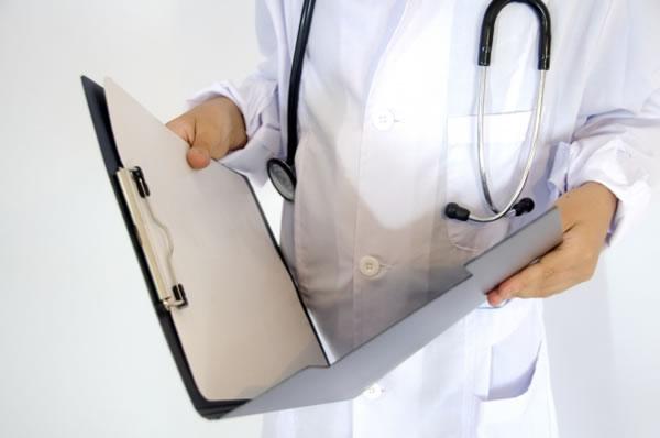 ファイルを持つ白衣姿の医師